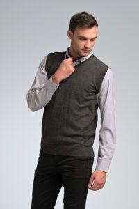 Κλασική Διαχρονική Γκρι Ανδρική Πλεκτή Καζάκα Χωρίς Μανίκια με Βε με πουκάμισο